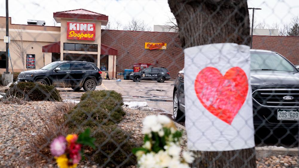 Tras tiroteos, Kamala Harris insta al Congreso de EE.UU. a aprobar leyes para control de armas - Supermercado King Soopers en Boulder, Colorado, sitio en donde murieron diez personas tras un tiroteo. Foto de EFE