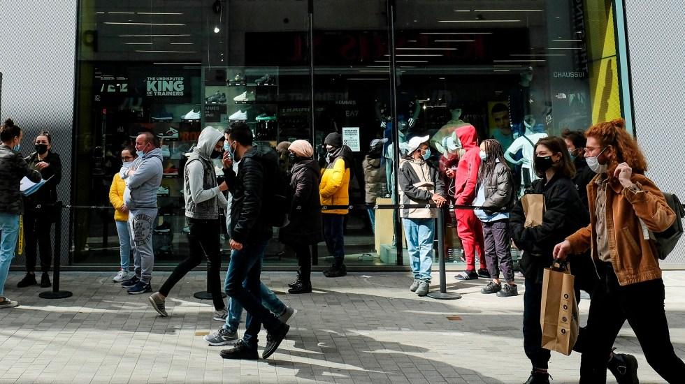 """Alertan en Europa de 'nueva pandemia' por COVID-19 """"mucho más virulento"""" - Transeúntes en Bélgica durante pandemia de COVID-19. Foto de EFE"""