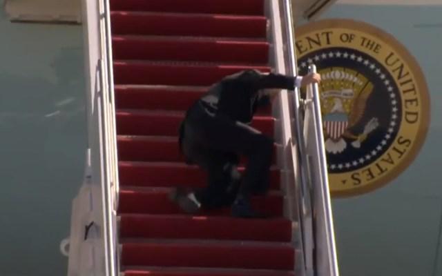#Video Joe Biden tropieza varias veces al subir escaleras del Air Force 1 - Tropiezo de Biden al subir escaleras del Air Force 1. Captura de pantalla