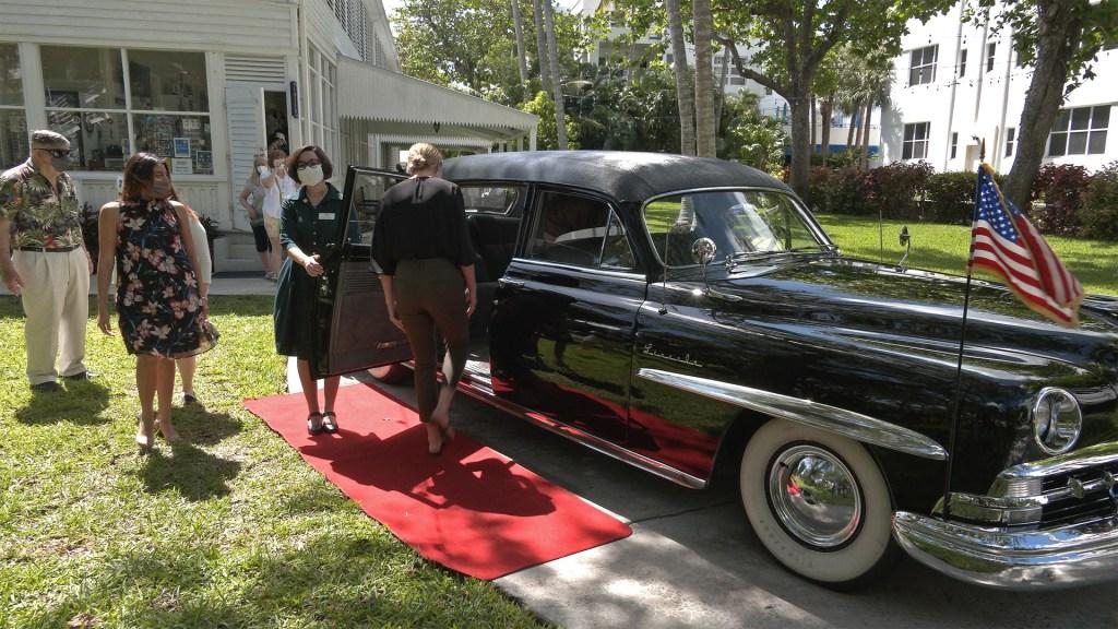 Turistas de Key West pueden pasear en la limusina presidencial de Truman - Turistas suben a la Lincoln Cosmopolitan, la limusina que alguna vez usó el presidente Harry S. Truman de EE.UU. Foto de EFE