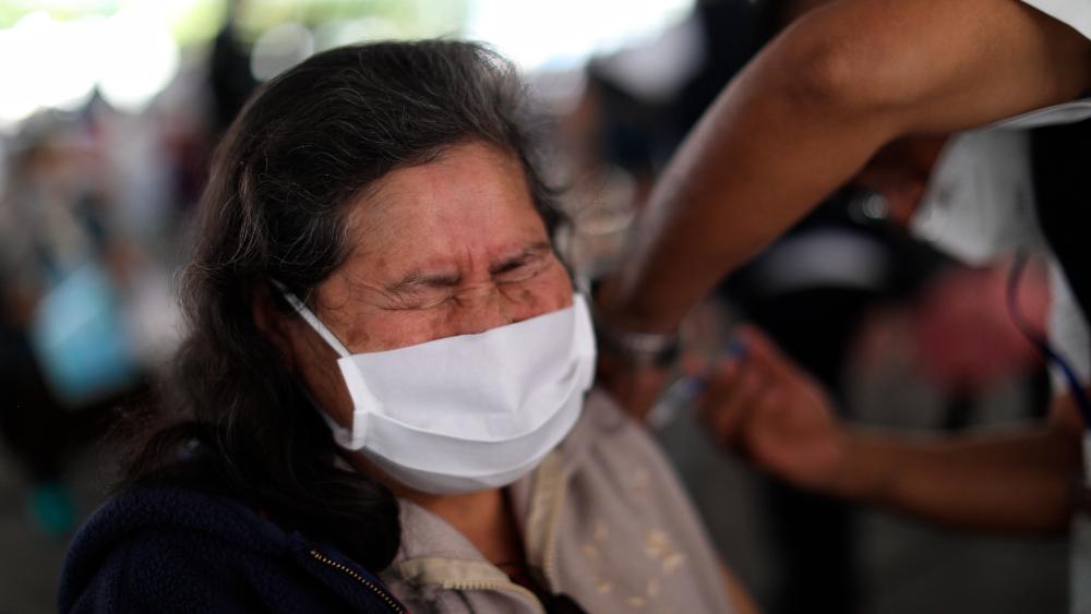 Secretaría de Salud pide a vacunados seguir con medidas sanitarias contra COVID-19 - Vacunación de adultos mayores en el municipio de Nezahualcóyotl, Estado de México. Foto de EFE