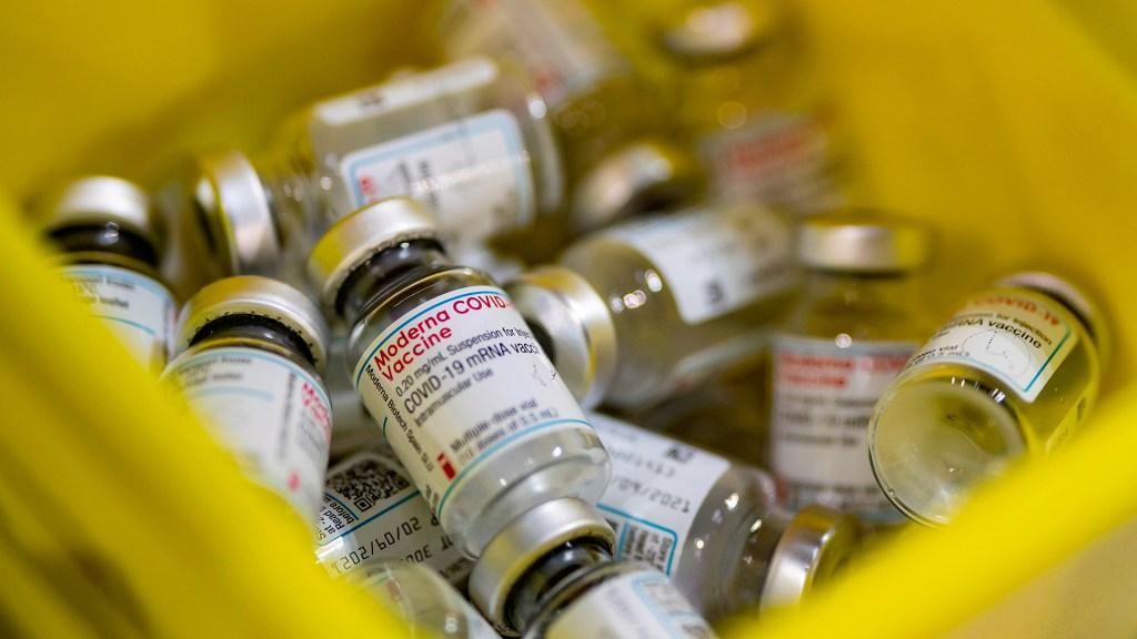 Primera dosis de vacunas de Pfizer y Moderna es 80 % efectiva contra COVID-19; efectividad sube a 90 % con segunda dosis - Viales de vacuna contra COVID-19 de Moderna. Foto de EFE