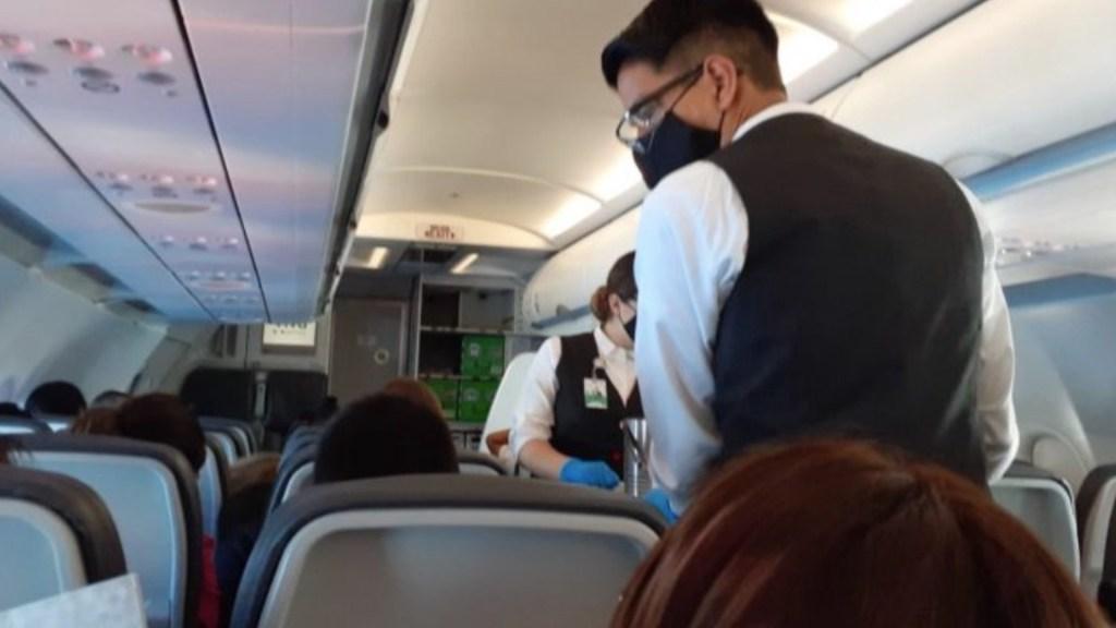 "Prohiben venta de alcohol en vuelo en que viajó AMLO a Cancún para evitar que pasajeros se ""alteren"" - Foto de Radio Fórmula"
