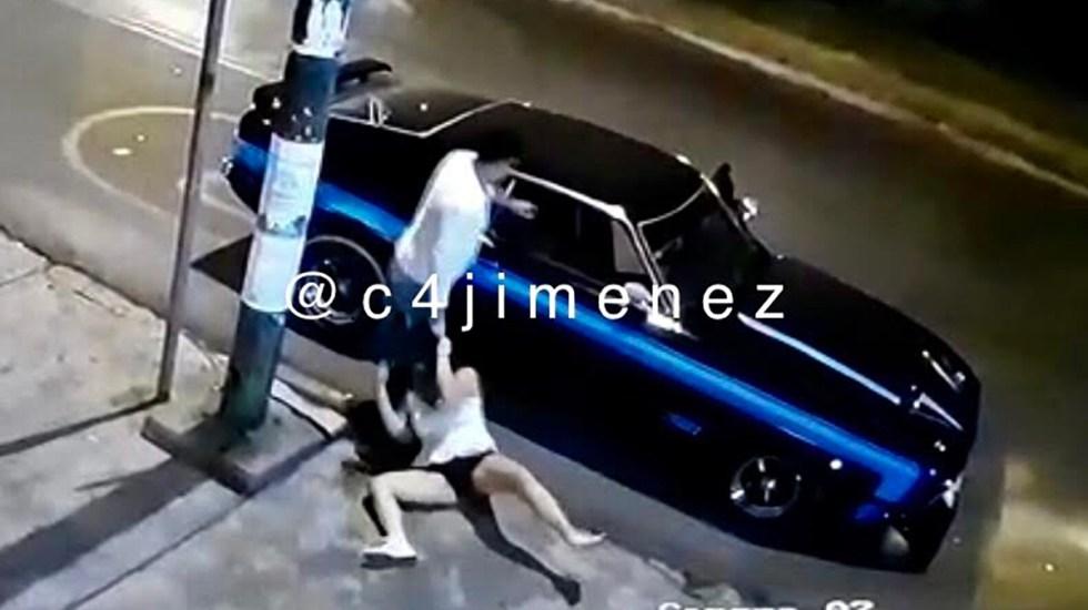 #Video Sujeto golpea a mujer en Coapa y la sube a rastras a Mustang - Agresión a mujer en zona de Coapa, CDMX. Captura de pantalla / @c4jimenez