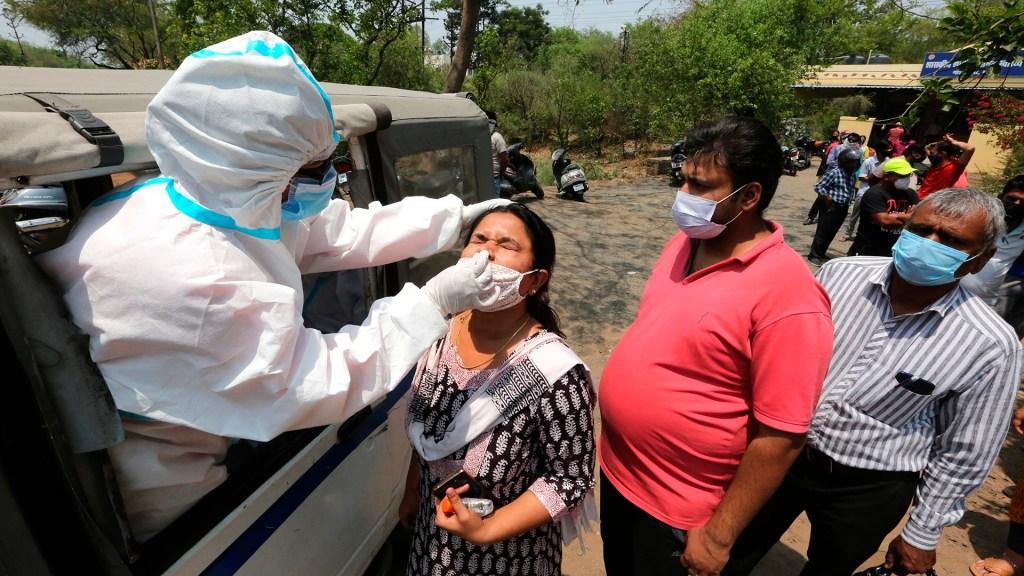 India supera a Brasil como el segundo país más afectado por COVID-19 - Aplicación de prueba COVID-19 en India. Foto de EFE