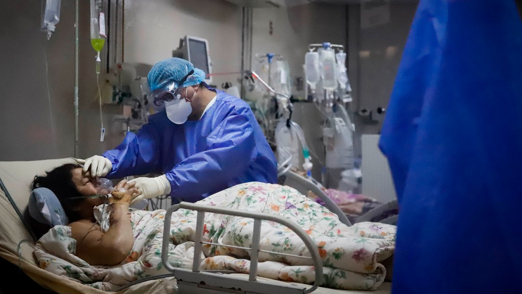 COVID-19 evoluciona de manera inestable con aumento de casos y muertes - Atención a paciente de COVID-19 en Paraguay. Foto de EFE