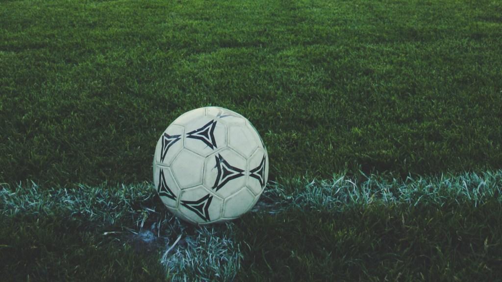 Juzgado prohíbe a UEFA y FIFA imponer medidas contra Superliga Europea - Balón de futbol. Foto de Markus Spiske / Unsplash