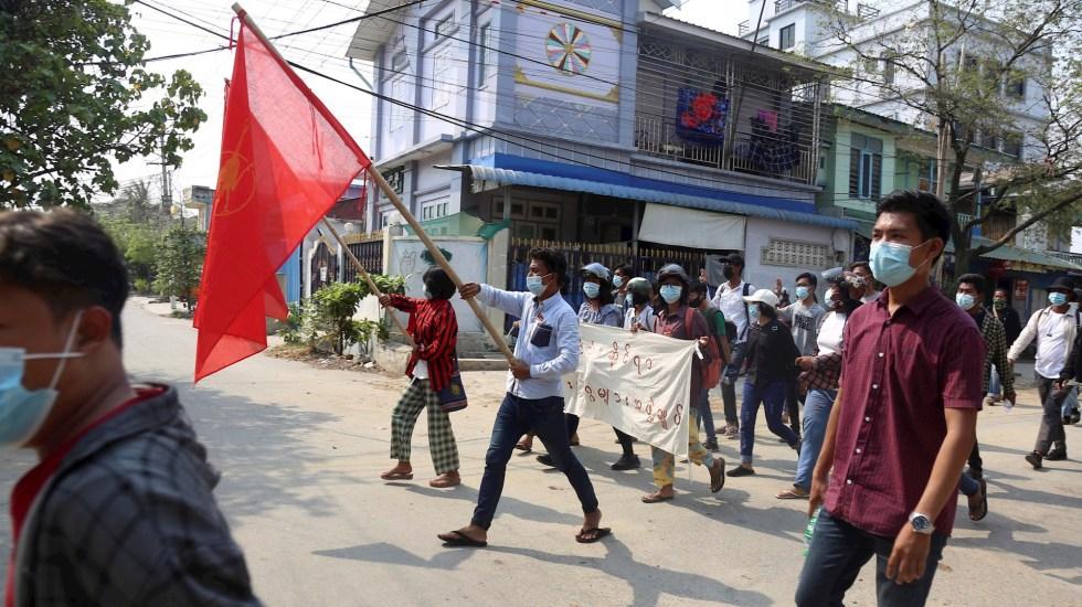 Autoridades de Birmania liberan a pareja de australianos detenidos tras golpe de Estado - Birmania protestas golpe de estado Internacional