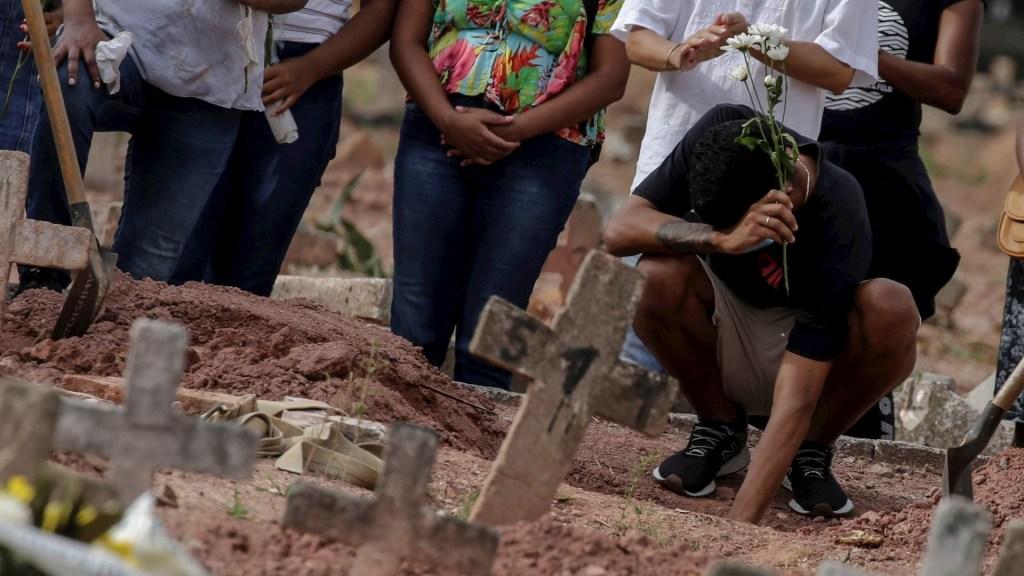 Brasil registra nuevo récord de muertes diarias por COVID-19 con 4 mil 249 - Una mujer víctima de covid-19 es sepultada en un cementerio de Río de Janeiro (Brasil). Foto de EFE/Antonio Lacerda