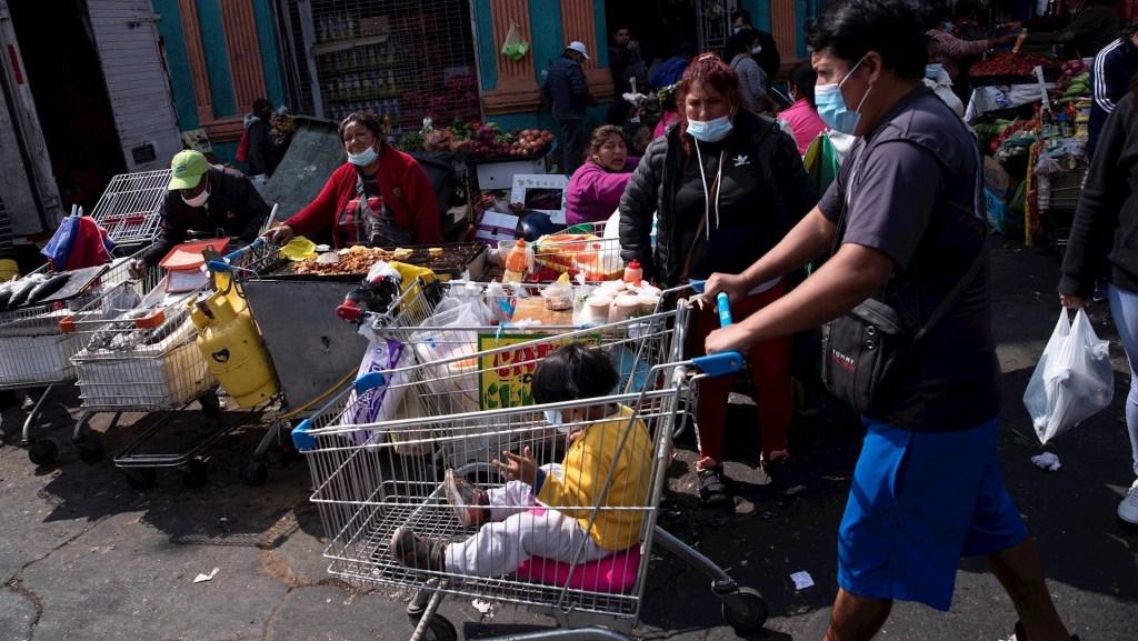 Aún no se puede saber si pandemia de COVID-19 se volverá endemia; aunque es un escenario posible, advierte López-Gatell - Un grupo de personas es visto en los alrededores de la Vega Central de Santiago, Chile. Foto de EFE/ Alberto Valdés/ Archivo.