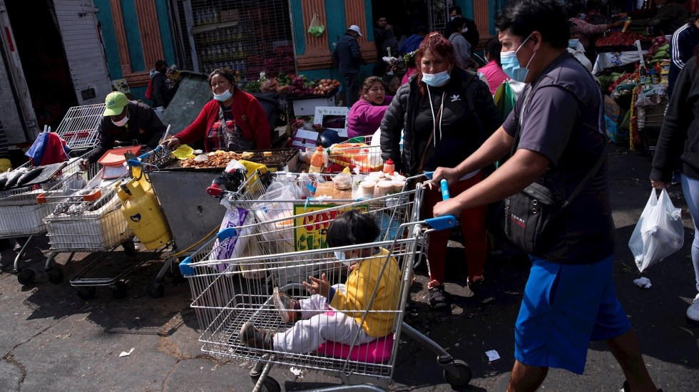 Chile supera el millón de contagios totales y vuelve a cerrar sus fronteras - Un grupo de personas es visto en los alrededores de la Vega Central de Santiago, Chile. Foto de EFE/ Alberto Valdés/ Archivo.