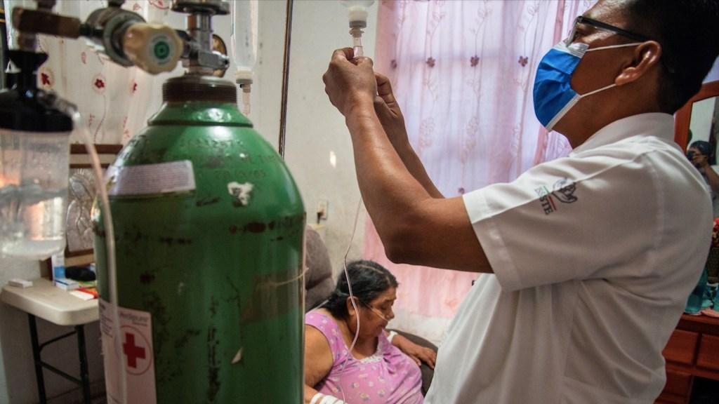 México registró en las últimas 24 horas 548 muertes y 5 mil 140 casos de COVID-19 - Un enfermero atiende a una paciente de COVID-19. Foto de EFE