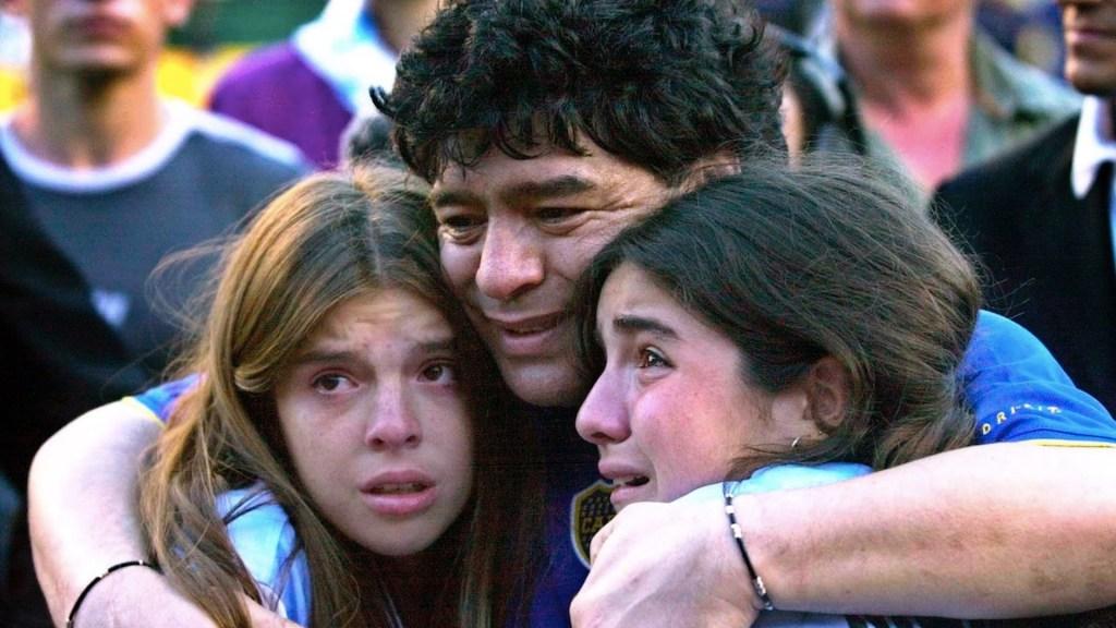 Abogado de Maradona asegura que sus hijas le robaron y abandonaron al astro del futbol - Diego Armando Maradona con sus hijas Dalma y Gianinna. Foto de EFE
