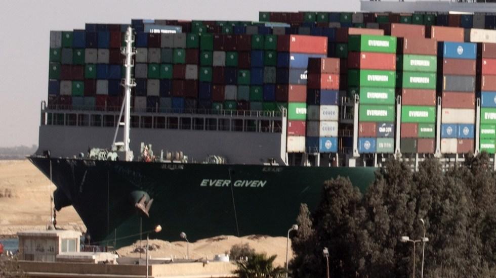 Canal de Suez recupera ritmo de navegación tras el paso de todos los buques anclados - El buque de carga Ever Given en el Canal de Suez. Foto de EFE