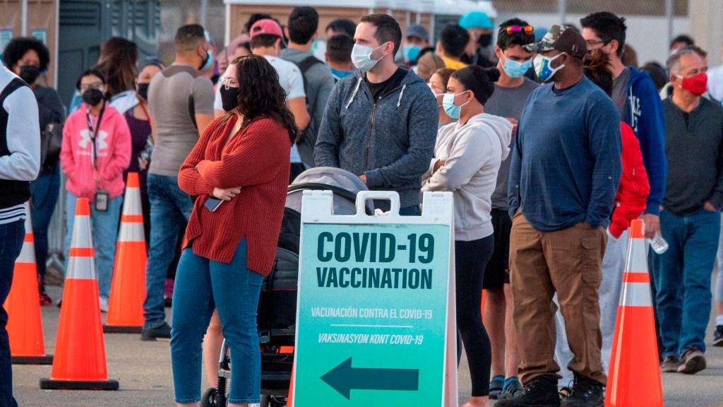 EE.UU. garantizará cita de vacunación a todos los adultos para el 19 de abril - Fila para vacunarse contra COVID-19 en Florida, EE.UU. Foto de EFE