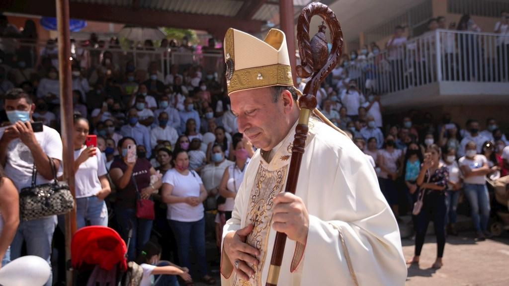 """Nuncio Franco Coppola sufre """"boicot"""" en Aguililla; llama a delincuentes """"a la conversión"""" - Vista de la visita del nuncio apostólico, Franco Coppola. Foto de EFE"""