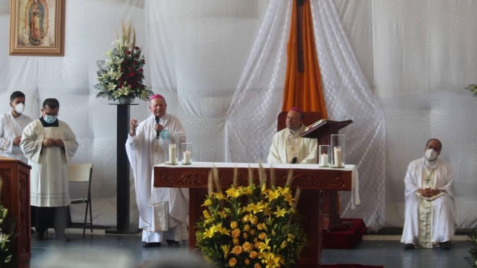 Nuncio Franco Coppola arriba a Aguililla; lleva a habitantes mensaje de paz y justicia - El nuncio apostólico, Franco Coppola, en Aguililla, Michoacán. Foto de @vozmichoacan