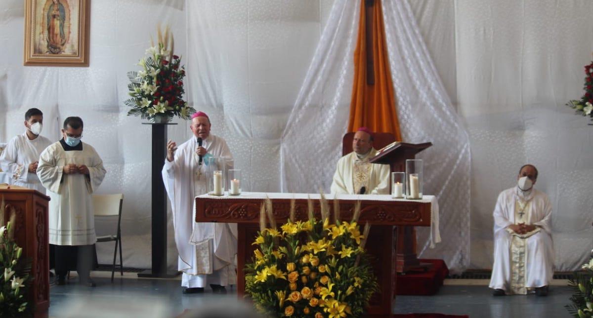 El nuncio apostólico, Franco Coppola, en Aguililla, Michoacán. Foto de @vozmichoacan