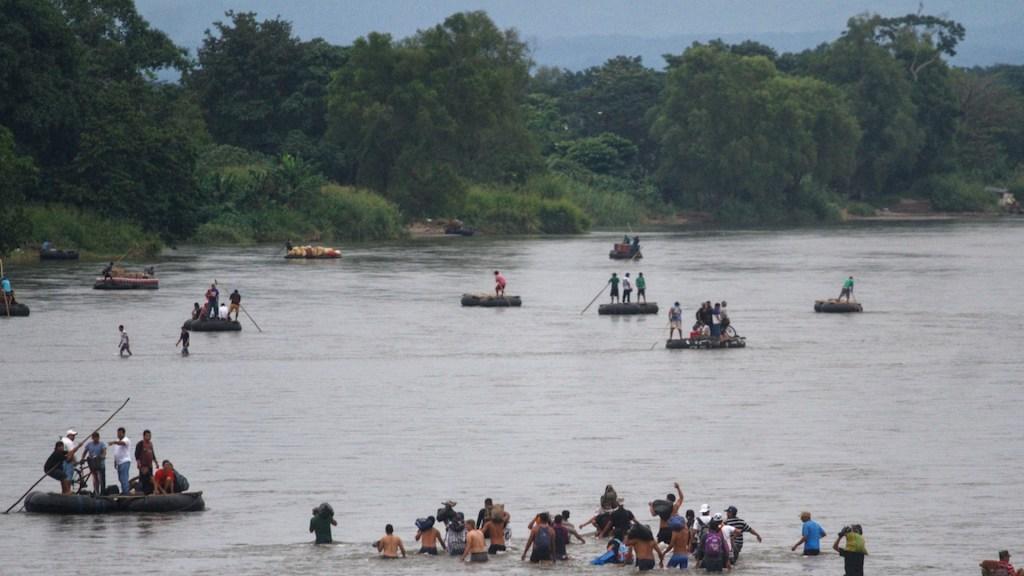 Frontera sur de México debe ser más estratégica, asegura ONG - Flujo migratorio en la frontera sur de México. Foto de EFE