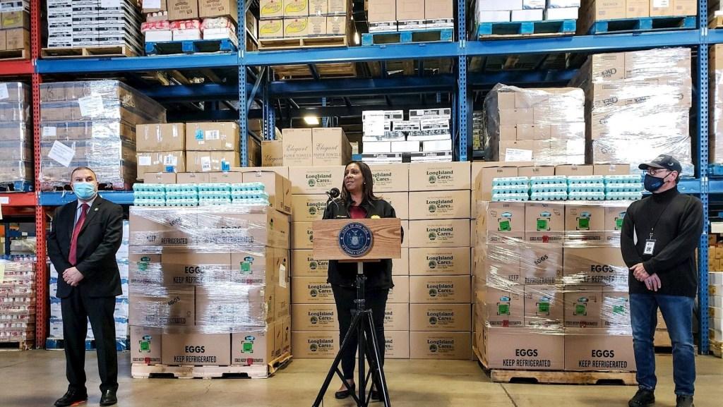 Fotografía cedida este jueves por la fiscal general de Nueva York, Letitia James, mientras habla durante el anuncio de la presentación de una donación de huevos a los necesitados en Nueva York. Foto de EFE/ Fiscal General de Nueva York.
