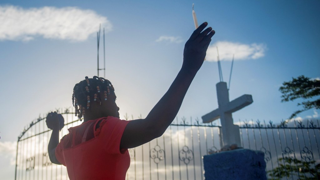 Inseguridad no impidió a haitianos celebrar la Semana Santa - Una mujer participa de una peregrinación durante la conmemoración del Viernes Santo, hoy, por las montañas de Puerto Príncipe (Haití). Foto de EFE/ JEAN MARC HERVE ABELARD