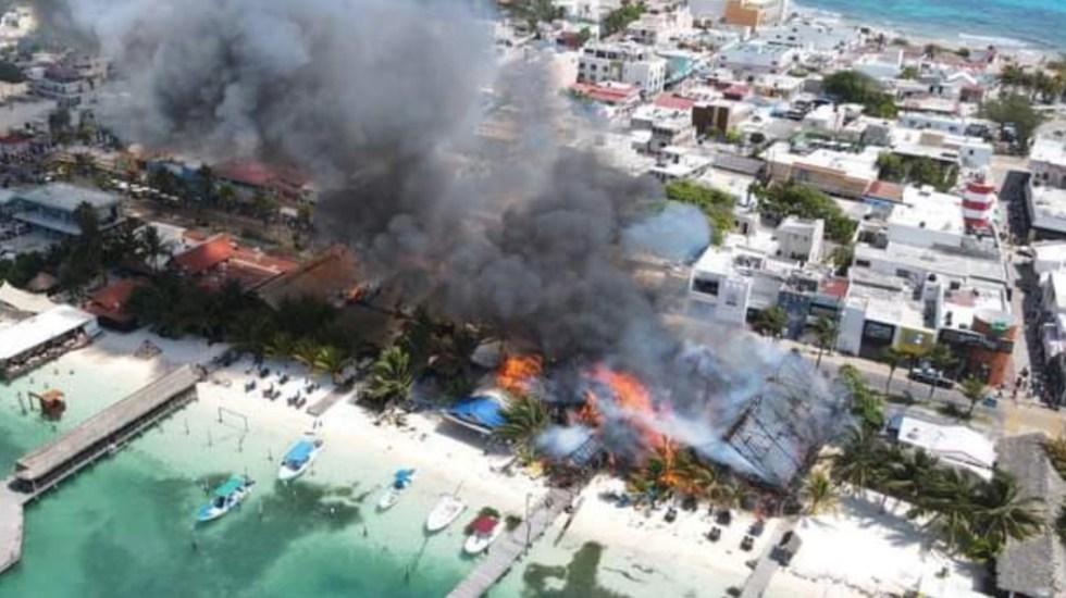 Fuerte incendio consume restaurantes en Isla Mujeres - Un fuerte incendio consumió restaurantes en Isla Mujeres. Foto de @Ro_Monster_