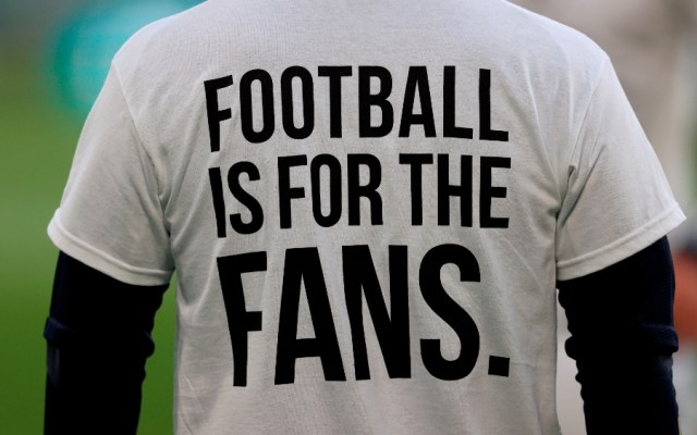"""Jugadores del Leeds United salieron a calentar con playeras que protestaban contra el Liverpool y la creación de la Superliga Europea. """"Gánatelo. El futbol es para los fans"""", rezaba la frase - Foto de EFE"""