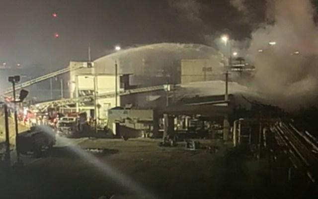 Sofocan incendio en refinería de Minatitlán; hay 7 heridos - Labores de enfriamiento en refinería de Minatitlán tras incendio. Foto de @Pemex