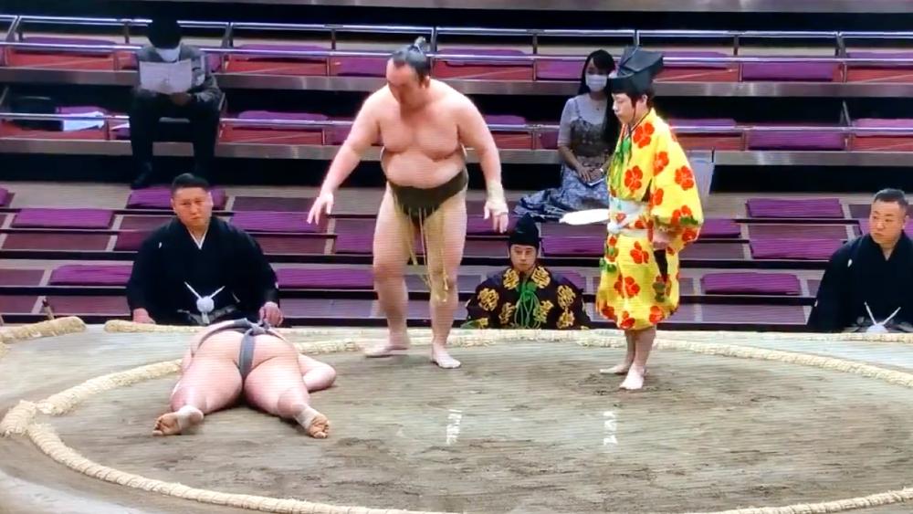 #Video Murió luchador de sumo por golpe en la cabeza durante combate - luchador sumo Japón golpe cabeza