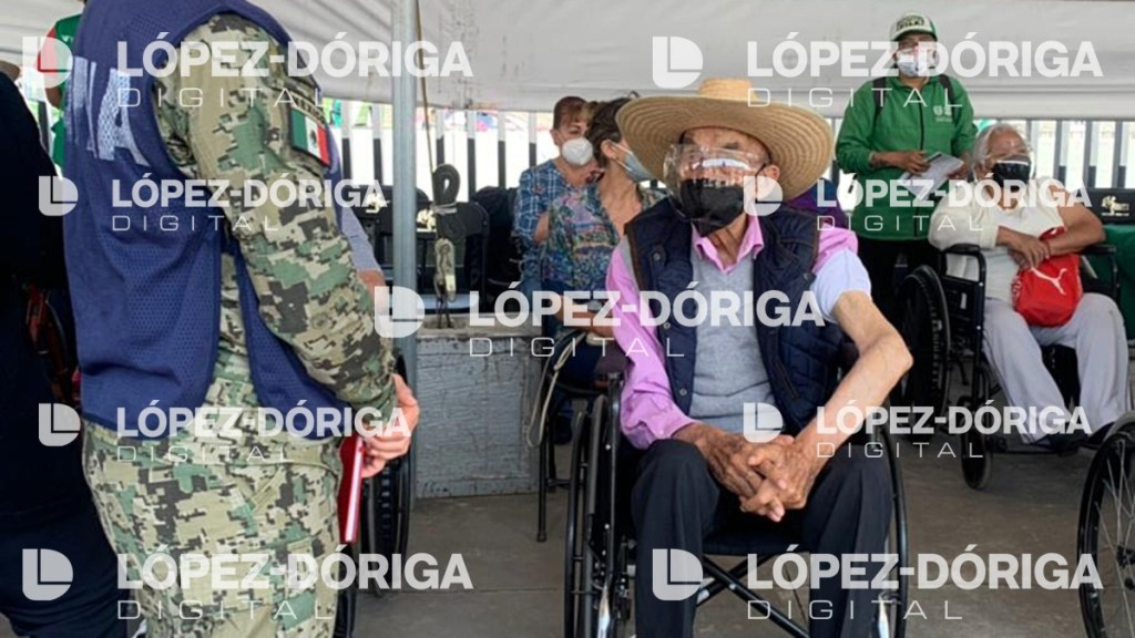 #Exclusiva Reaparece el expresidente Luis Echeverría; recibe segunda dosis contra COVID-19 - Este viernes el expresidente de México, Luis Echeverría, recibió la segunda dosis de vacuna contra contra COVID-19 en el Estadio Olímpico Universitario.