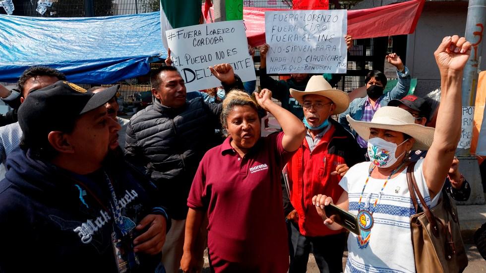 Simpatizantes de López Obrador exigen renuncia de Lorenzo Córdova al INE - Manifestación de simpatizantes de López Obrador afuera del INE. Foto de EFE