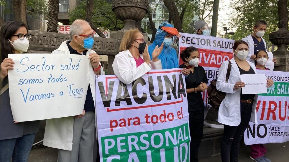 Médicos privados protestan en CDMX por vacuna contra COVID-19; exigen respuesta del Gobierno Federal - Médicos privados en protesta por vacuna en Ángel de la Independencia. Foto de Animal Político