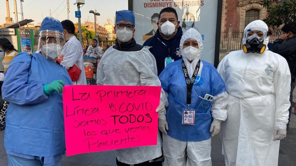 Médicos privados y dentistas exigen vacuna contra COVID-19 con protesta en Palacio Nacional; 'Que nos esperen', responde AMLO - Médicos y enfermeras en protesta afuera de Palacio Nacional. Foto de @EAndreaVega / Animal Político