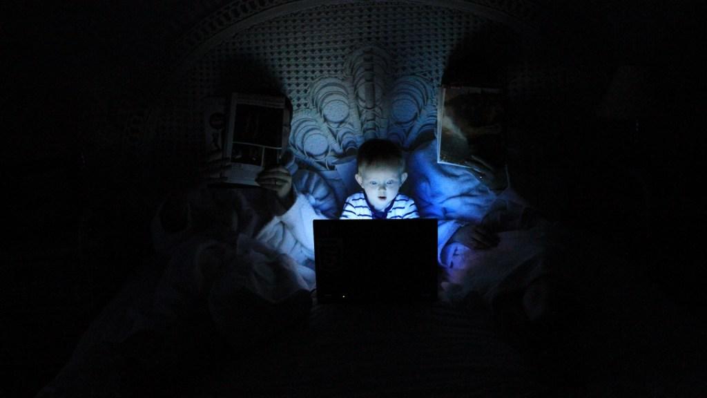 Alertan por actividad en línea de los menores de edad - en línea Menor niño computadora