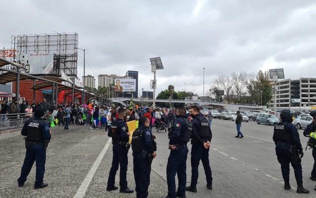 Migrantes pernoctan cerca del cruce fronterizo entre México y EE.UU. - Migrantes en el cruce de la Garita Internacional El Chaparral. Foto de Twitter Alfredo Álvarez