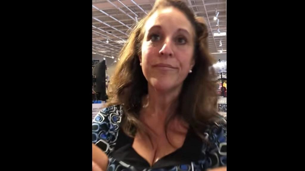 Condenan a 30 días de cárcel a mujer que tosió a otra en la cara en centro comercial de Florida - Debra Jo Hunter deberá luego cumplir seis meses de libertad condicional. Foto tomada de video