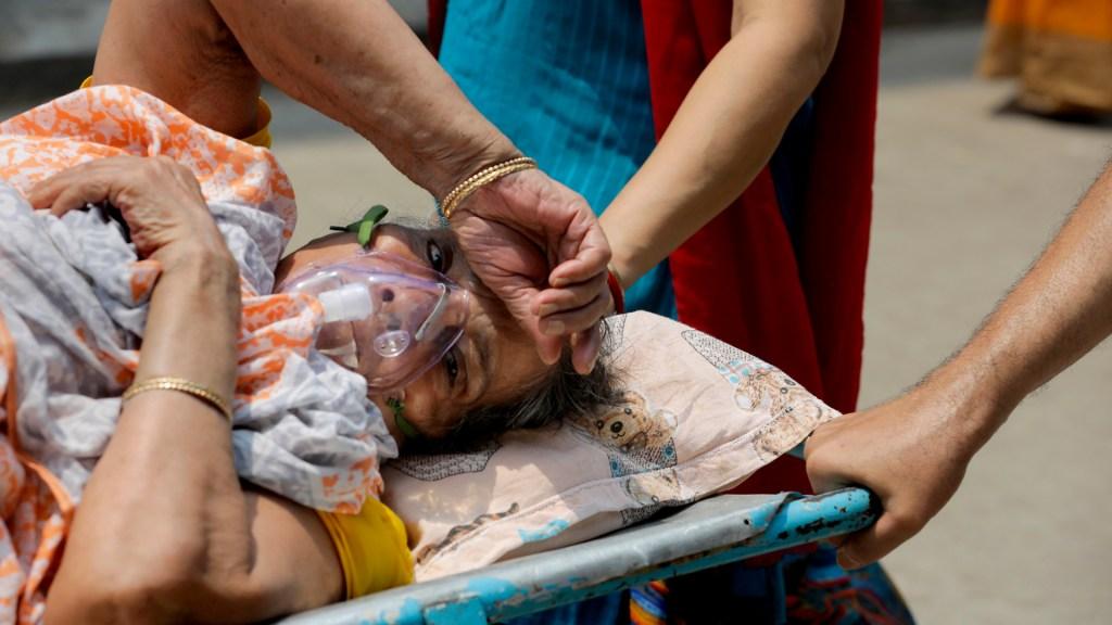 India registra un nuevo máximo histórico de casos por coronavirus - Paciente de COVID-19 en India. Foto de EFE