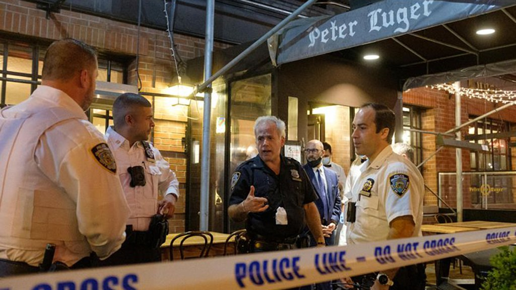 Tiroteo en icónico restaurante de Nueva York deja dos heridos - Policía de Brooklyn en restaurante por tiroteo. Foto de New York Daily News