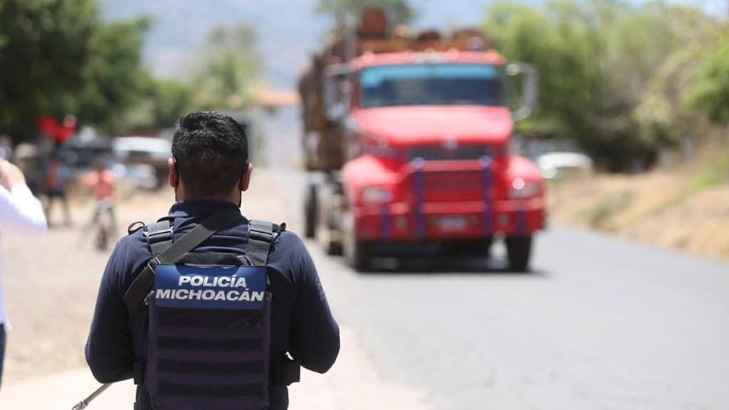 Sicarios atacan a policías en Aguililla con supuesto dron explosivo - Policía de Michoacán sobre carretera a Aguililla. Foto de @MICHOACANSSP
