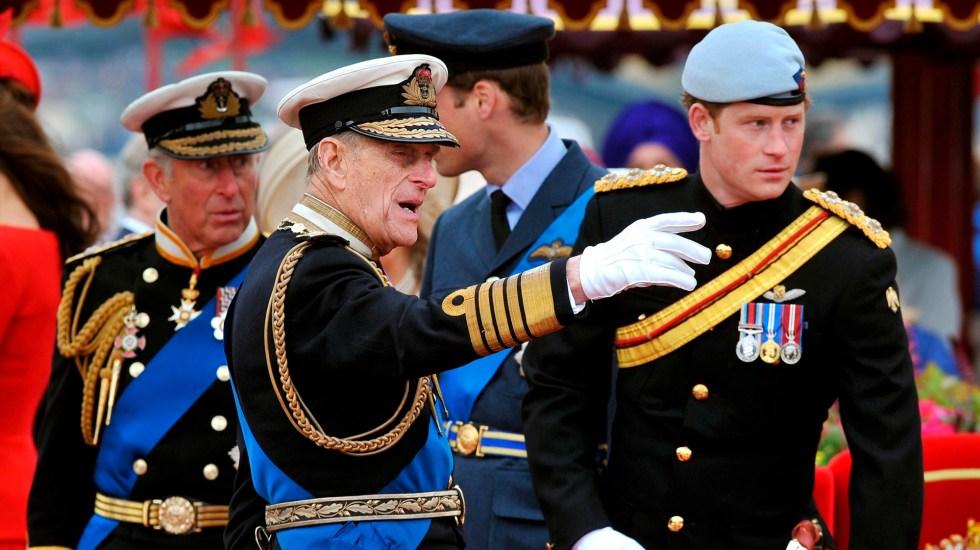Harry y Meghan lamentan muerte del príncipe Felipe; Harry asistiría al funeral - Príncipe Felipe junto a su nieto Harry. Foto de EFE