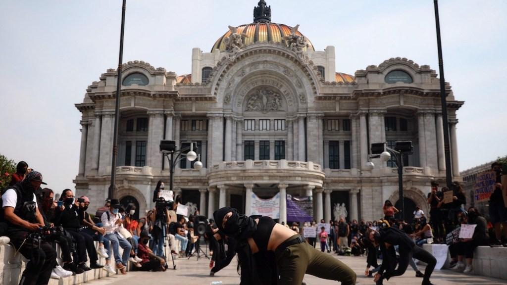 Con danza exigen destitución de profesores acusados de abuso - Exigen con danza destitución de docentes mexicanos tras acusaciones de abuso. Foto de EFE