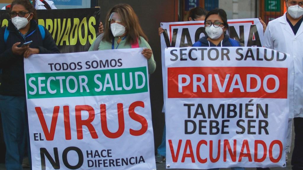 Médicos privados marcharán a nivel nacional para exigir vacuna contra COVID-19 - Protesta de médicos privados afuera de Palacio Nacional, en exigencia de la vacuna contra COVID-19. Foto de EFE