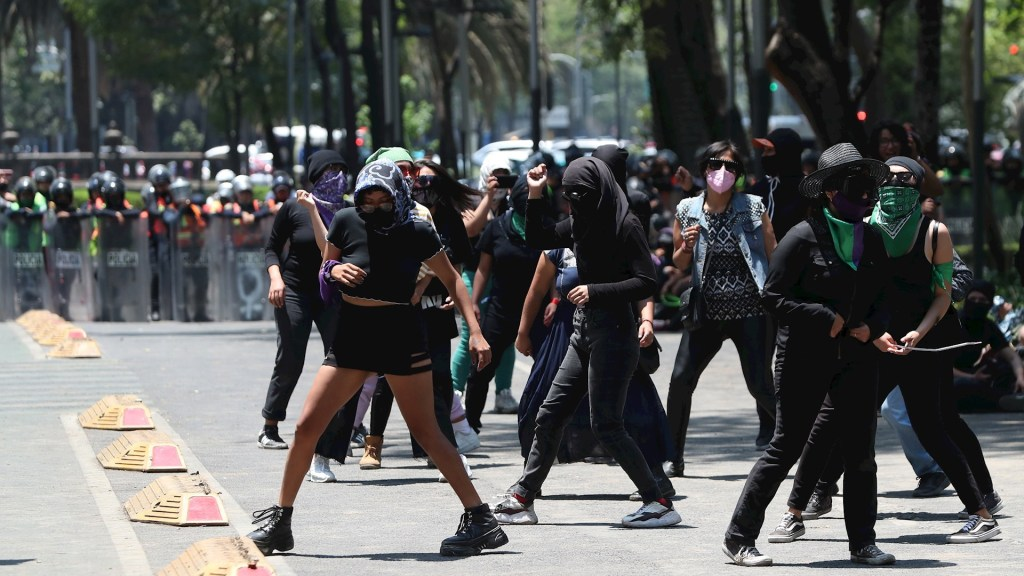 Manifestantes marchan por la zona Centro de la Ciudad de México - Un grupo de activistas encapuchadas protestó por las principales avenidas de la Ciudad de México. Foto de EFE/Mario Guzmán