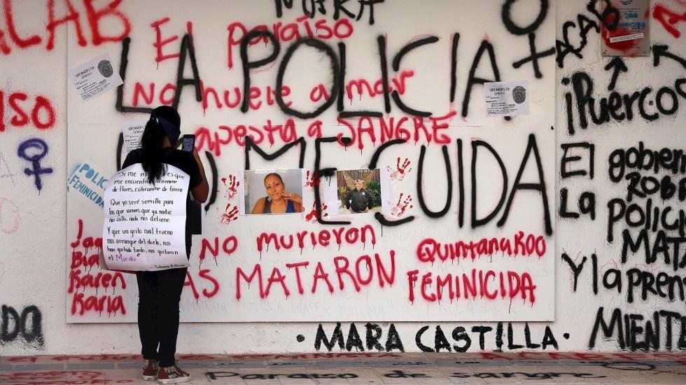 Entregan tarjetas de visitantes por razones humanitarias a hijas de Victoria Salazar - Una mujer toma una fotografía con su celular del retrato de la migrante salvadoreña Victoria Salazar, asesinada por policías en Tulum, Quintana Roo. Foto de EFE/Alonso Cupul.