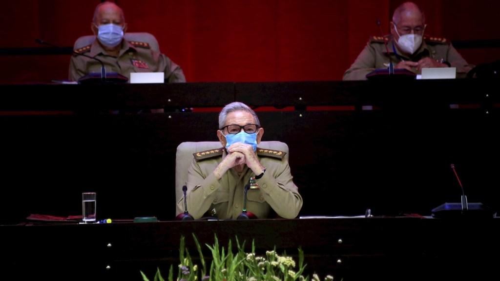 Raúl Castro renuncia a la jefatura del Partido Comunista de Cuba - El general del Ejército Raúl Castro Ruz, e el VIII Congreso del Partido Comunista de Cuba que se realiza en el Palacio de Convenciones en La Habana. Foto de EFE /ACN / Ariel Ley Royero.