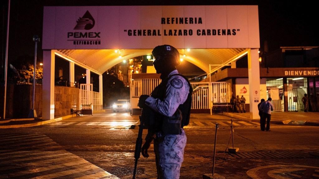Refinería de Minatitlán permanecerá 90 días fuera de operación - Elementos de la Guardia Nacional resguardan la refinería Lázaro Cárdenas. Foto de EFE