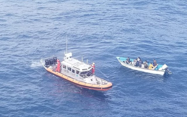 Semar rescata a 13 personas a la deriva en aguas de Baja California - Rescate de tripulantes de embarcación a la deriva en Baja California. Foto de Semar