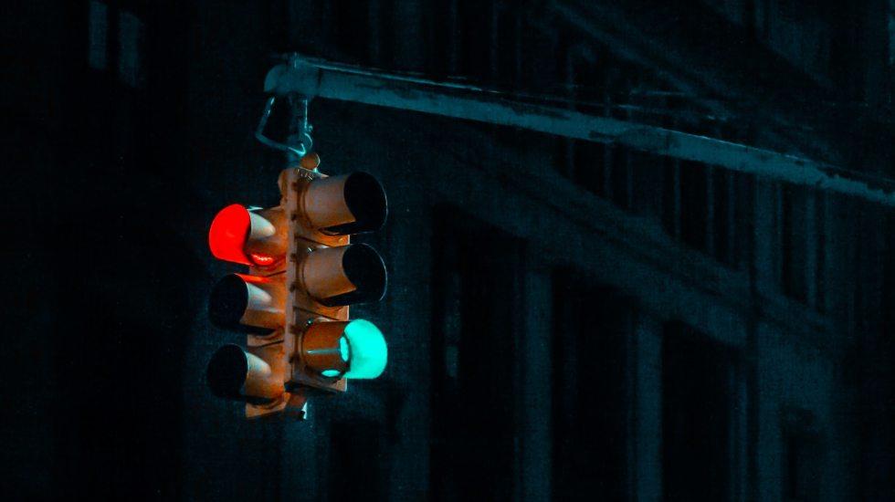 """Advierten por """"efecto resaca"""" al mirar los teléfonos con el semáforo en rojo - Imagen Ilustrativa de Semáforo. Foto de David Watkis on Unsplash."""