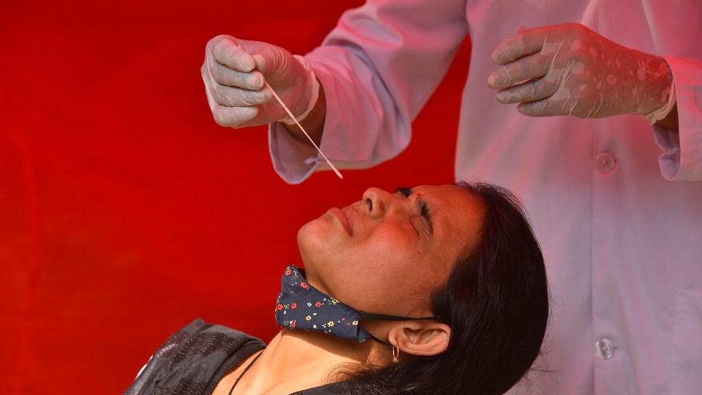 India supera los 18 millones de casos de COVID-19 tras nuevo récord de contagios - Toma de muestra en India para prueba COVID-19. Foto de EFE