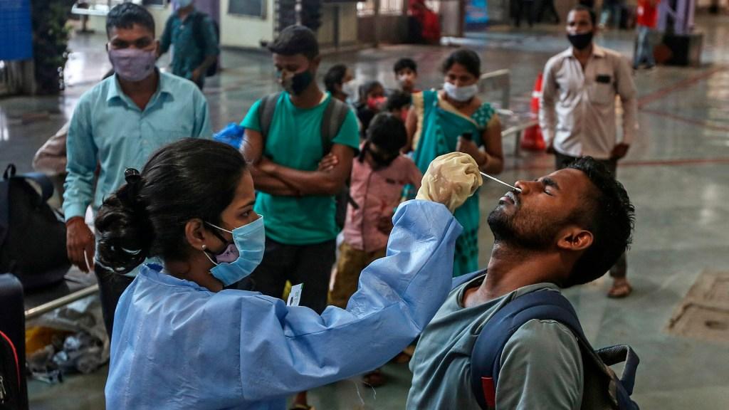 India registra 217 mil nuevos casos, cifra récord desde el inicio de la pandemia - Toma de muestra en India para prueba de COVID-19. Foto de EFE